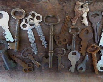 20 vintage Keys antique skeleton keys door cabinet padlock hardware salvage jewelry decorative keys Supplies gothic steampunk lot 51