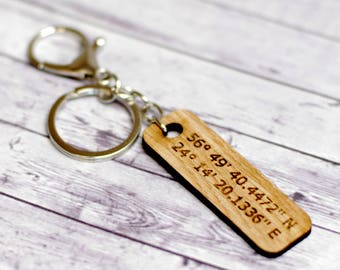 Custom coordinates keychain, Latitute longitude key chain, Wood pendant, Oak tree pendant, Gift to dad, Gift to him, Engrved gift