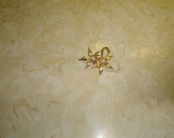 vintage pin brooch goldtone flower faux pearls
