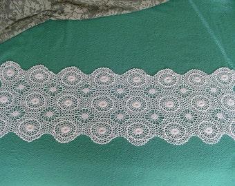 Crocheted Table Runner, Crocheted Dresser Scarf, Beautifully Raised Crocheted Flowers, Vintage Crocheted Item, Vintage Linen