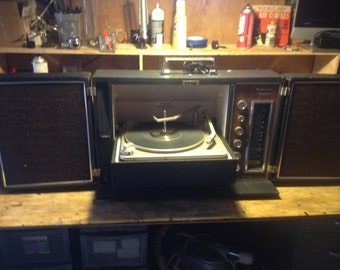 Vintage 70s Portable Magnavox Stereo Record Player.. AM FM and aux input, just serviced with new parts