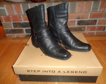 Biker Chic Black Leather Harley Davidson Size 9 Female Ankle Boots with zipper opening in Very Good Condition in the original box packaging