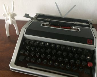 Working vintage typewriter - Italian made - Olivetti Lettera DL - Industrial looking