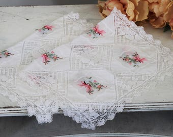 Vintage White Linen Placemats Set of Two / 2 Place Mats Lace And Floral Embroidery / Home Decor Fine Table Linens Table Topper Entertaining