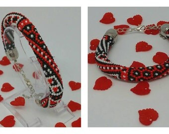 """Graphic"" red beads crochet bracelet"