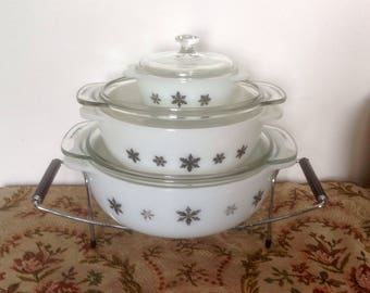 Pyrex Gaiety Black Snowflake Set. Three Casserole Dishes With Chrome Stand. 1958-67.
