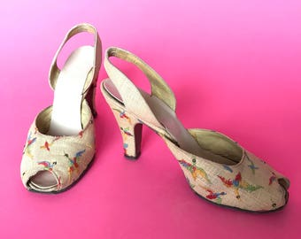 1940s Pumps / 40s embroidered sandals / vintage peep toe bird shoes