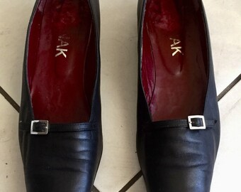 Women vintage 80s black leather loafers. Size 39, US 7.5