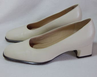 Vintage Easy Spirit Low Heel Pumps Cream Size 7 Leather Shoes (J-82)