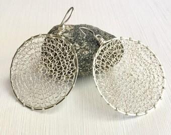 Crocheted hoops earrings, argentium silver, fine silver.