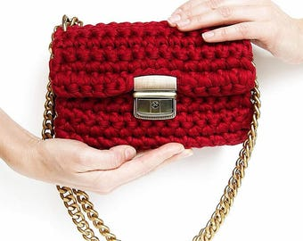 Red classic structured shape crossbody bag | Red chain-link shoulder strap clutch bag | Hot red clutch bag with hardware