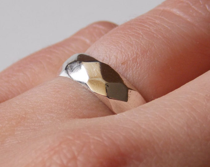 Silver facetted  and customizable ring for women.