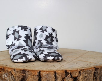0-6 months - boots babies - Baby Slippers - gray and white - geometric patterns