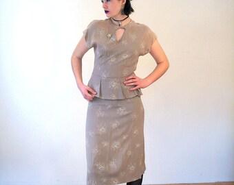 Flossie, 40s Dress S, Peplum Dress, Taupe Rayon 1940s Dress, White Roses Dress, 40s Floral Dress, Keyhole Neckline, Short Sleeve WWII Dress