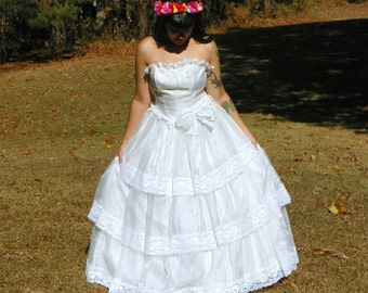 1980s Vintage Flirtations Strapless Sweetheart Tiered Wedding Dress Organza Lace Tiered White Princess Dress with Crinoline Size Extra Small