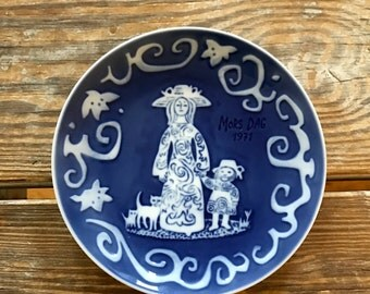 1st Royal Copenhagen 1971 Annual Mother's Day Mors Dag Wall Plate Signed Kamma Svensson Cobalt Blue Mid Mod Commemorative