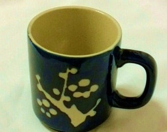 Blue coffee mug with abstract white design