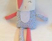 Peluche lapin, coton français, tissu de coton fleuri, broderie - prêt à partir.