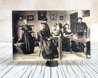 Vintage postcard of Museum Te Middlburg, Kleeddrachten. Dutch Museum postcard, unused, excellent condition. Zeeland 1920s.
