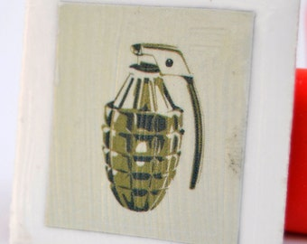 Tile magnet with grenade in green and white
