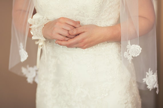 silky white lace motif fingertip veil;white fingertip cut edge veil with lace;white lace edge veil