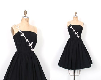 Vintage 1950s Dress / 50s One Shoulder Floral Cotton Dress / Black and White ( S M )