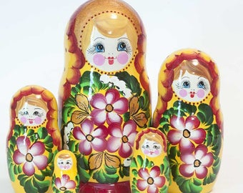 Nesting dolls Pansies on Yellow. Russian matryoshka doll with flowers - kod547p