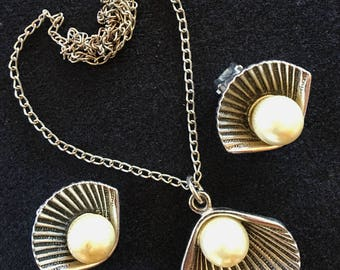 Vintage Silver Tone Scallop Shell and Pearl Pendant Necklace and Clip on Earrings