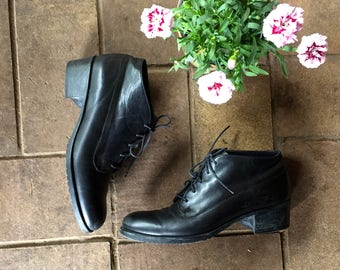 90s Grunge size 8 black leather lace up granny boots//ankle boots