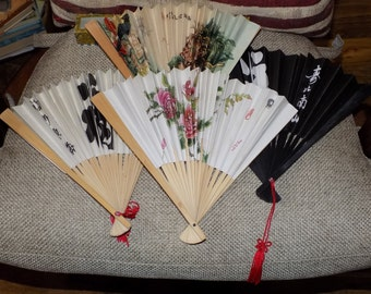 A Collection 4no Vintage Retro Old Chinese Oriental Wooden & Paper Fans - 1no Boxed; Depicting 2no x Birds 2no x Calligraphy