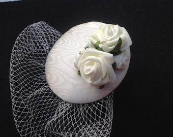 Fascinator ivory moiré with veil, cream roses