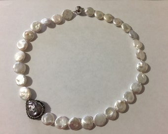 Coin pearl necklace with special accent
