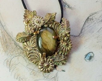Bronze pendant, vegetal-floral style with a beautiful amber colour Labradorite cab with goldy flashes. I can transform it in a necklace
