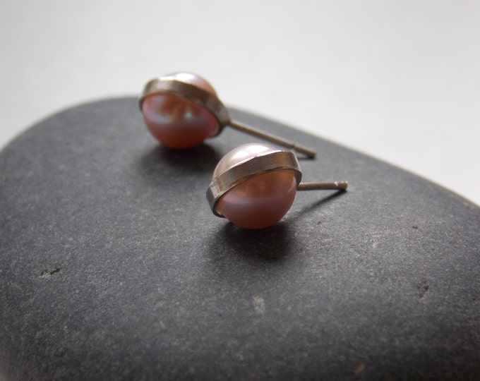 Pale pink cultured pearl and silver ear stud