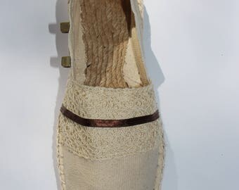 Sneaker in natural linen with beige lace and decorations