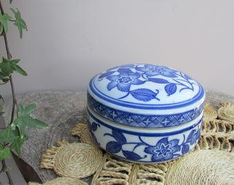Vintage Chinoiserie Lidded Pot / Blue and White Transferware Trinket Dish / Cottage Shabby Chic / Country Living / Hollywood Regency