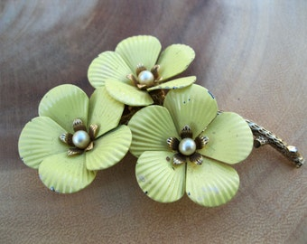 Vintage RETRO Sarah Coventry Enamel Flower Brooch Pin Pale Yellow Gold Tone Faux Pearl