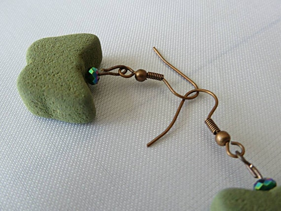 Earrings with butterflies of olive green color and iridescent thus facets that metal copper