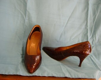 vintage 'gator pointed toe heels . . . size 5 1/2 B