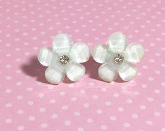 White Daisy Earrings, Rhinestone Flower Earrings, White Flower Earrings, Bridesmaid Wedding Jewelry, Resin Flower Earrings (SE2) (LB3)