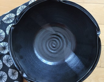 Large bowl in black with double rim