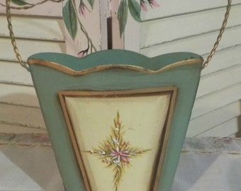 SHABBY COTTAGE - Charming Wall Hanging Pocket - Sage Green - Floral Pattern - Metal