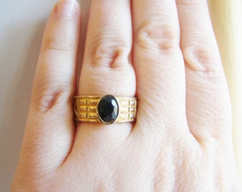 Vintage gold and black oval crystal ring- size 7