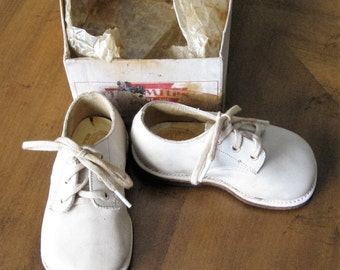 Vintage 1950's Tiny Mites little boy white leather shoes in bottom of original box.Size 3w.Great for that little lad to wear,photo prop.