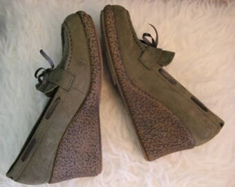 Sz 8 Vintage 80's Lei Green Suede Rubber Wedges with Bow