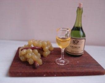 Miniature board with grape and wine