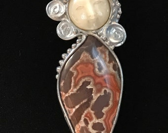 Goddess pin or pendant with agate
