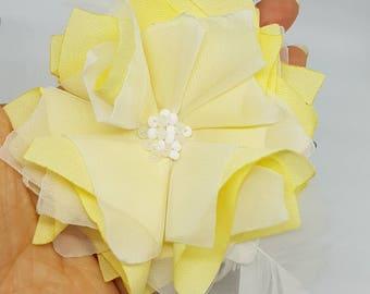 Fleur en tissu blanc et jaune / Broche / Pince à cheveux / Accessoire / Accessory / White and yellow fabric flower / Broche / Hair clip