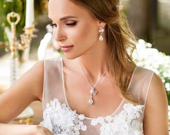 Pendant necklace bride. Crystal statement necklace and earrings set. Bride chain necklace and earrings set.  Eye catching pendant for bride