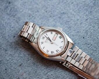 Vintage Seiko quartz watch ladies size silver dial and originl bracelet